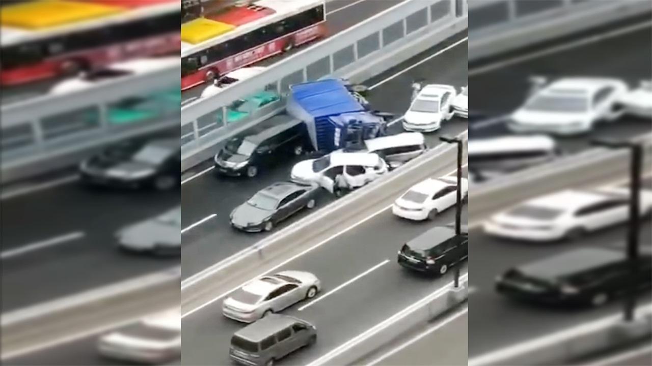 突发!广州内环路一货车侧翻,10多辆车相撞造成交通中断